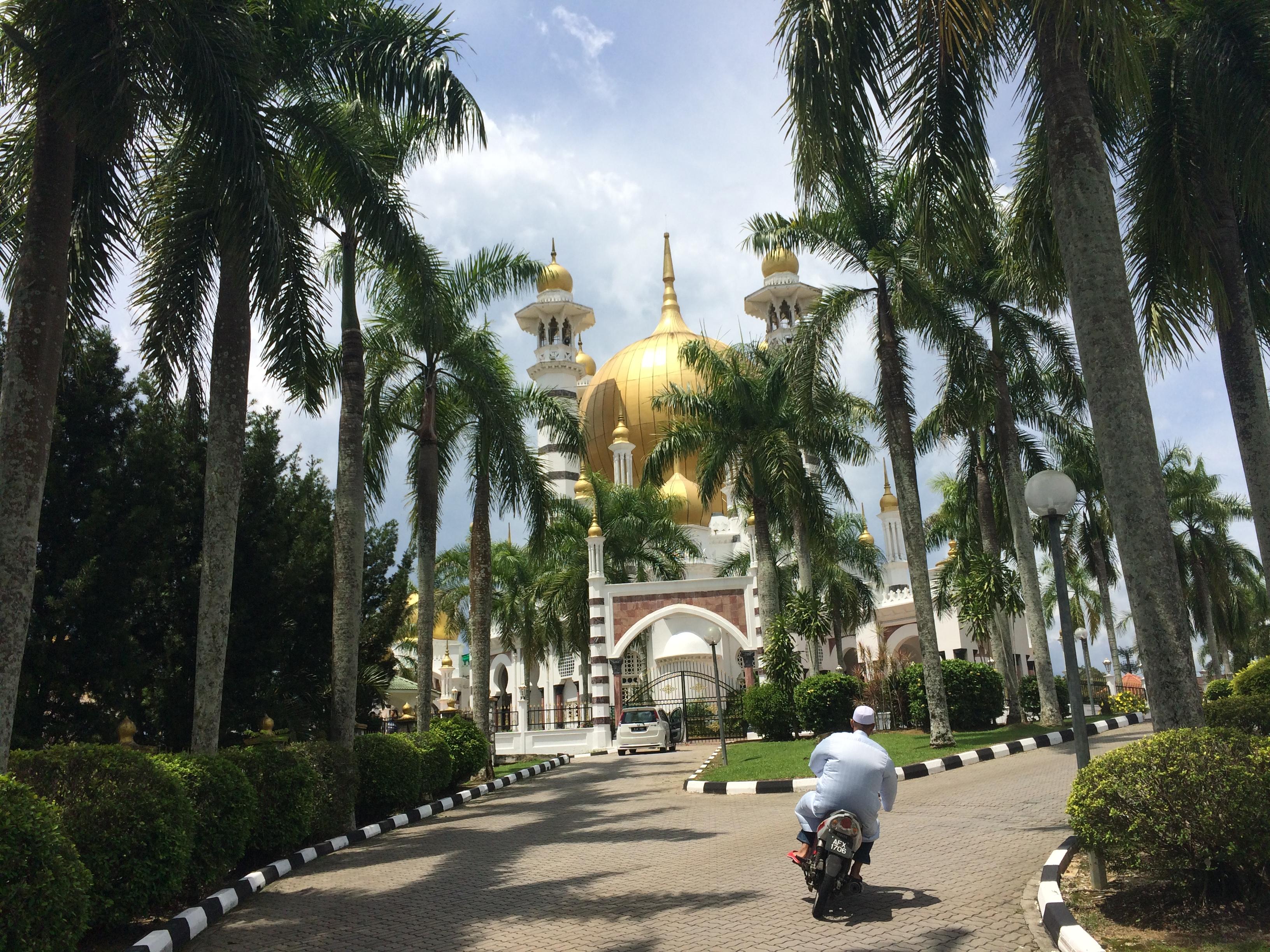 La Mezquita y un motoquero un poco particular