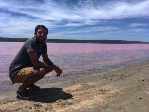 ♂️ Te juro que en #Australia hay lagos rosas  Pink Lake,  . . . #pinklake #wa #westernaustralia #justanotherdayinwa #roadtrip #backpacker #backpackerlife #livingthedream #unavueltaporeluniverso #nomad #nomade #iamtb #nomadlife #travel #traveller #traveling
