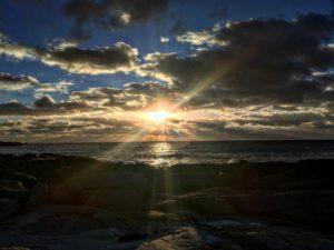 En serio. Mira lo que es esto . Nos sentamos en las piedras y todos entendimos que era un momento unico .  Conto  ,  . . #beach #sunset #view #placewithaview #wanderlust #friends #conto #margaretriver #wa #westernaustralia #southwest #australia #workingholiday #nomad #nomadlife #livingthedream #backpacker #backpackerlife #mochilero #travel #traveling #unavueltaporeluniverso #travelingram #aussiedays #aussielife