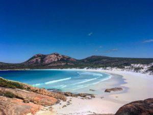 A una hora de Esperance van a encontrar el Parque Nacional Cape Le Grand, un himno a la naturaleza. Pasamos 3 dias ahi, rodeados de canguros y playas paradisiacas. Y antes de irnos, descubrimos esto . Sin palabras .  Thistle Cove,  . . #thistlecove #capelegrand #unavueltaporeluniverso #nationalpark #esperance #wa #westernaustralia #australia #instagram #instatravel #travel #traveling #traveller #travelingtheworld #nomad #nomadlife #vidanomade #backpacking #backpacker #backpackerlife #mochilero #van #roadtrip